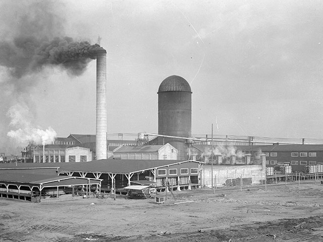 The Weyerhaeuser Company's Mill B site in 1915.    Photo courtesy of Everett Public Library, photographer J.A. Juleen.